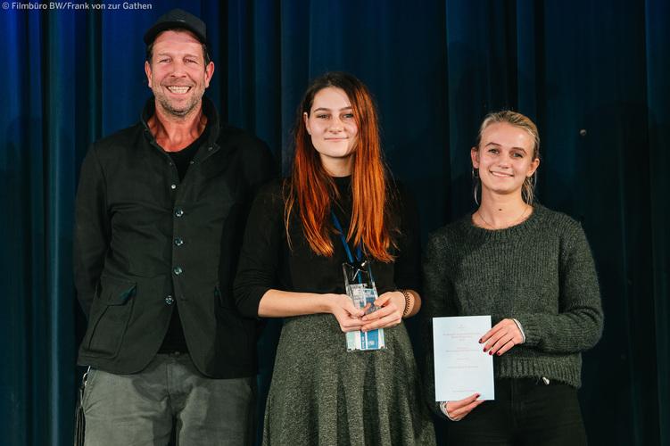 Foto v.l.: Markus Brodbeck (Geschäftsführer von brodybookings und Preisstifter), Hannah Buhr (Zavala, stellvertretend für Dino Niethammer), Leonie Wesselow (Schauspielerin und Jurorin)